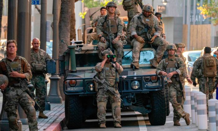 Members of the California National Guard in downtown Los Angeles, Calif., on June 6, 2020. (Kyle Grillot/AFP via Getty Images) - Xe Humvee của Vệ binh Quốc gia